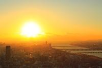大阪市街・淀川と夕日 11076024914| 写真素材・ストックフォト・画像・イラスト素材|アマナイメージズ
