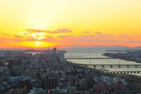 大阪市街・淀川と夕日 11076024916| 写真素材・ストックフォト・画像・イラスト素材|アマナイメージズ