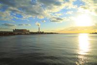 大阪南港ATCより望む大阪湾と夕日 11076024936| 写真素材・ストックフォト・画像・イラスト素材|アマナイメージズ