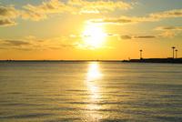 大阪南港ATCより望む大阪湾と夕日 11076024937| 写真素材・ストックフォト・画像・イラスト素材|アマナイメージズ