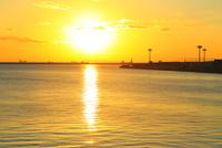 大阪南港ATCより望む大阪湾と夕日 11076024939| 写真素材・ストックフォト・画像・イラスト素材|アマナイメージズ