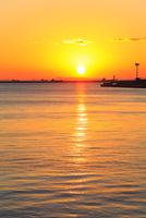 大阪南港ATCより望む大阪湾と夕日 11076024940| 写真素材・ストックフォト・画像・イラスト素材|アマナイメージズ