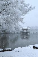 降雪の奈良公園 浮見堂 11076024972| 写真素材・ストックフォト・画像・イラスト素材|アマナイメージズ