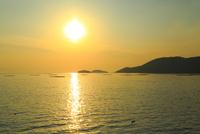 海と夕日 室津漁港 11076024992| 写真素材・ストックフォト・画像・イラスト素材|アマナイメージズ