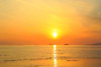 播磨灘の海と夕日 11076024994| 写真素材・ストックフォト・画像・イラスト素材|アマナイメージズ
