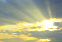 雲間からの太陽光 11076024997  写真素材・ストックフォト・画像・イラスト素材 アマナイメージズ