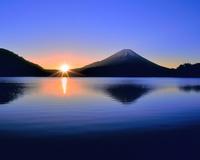 富士山と精進湖の朝日 削除 11076025113| 写真素材・ストックフォト・画像・イラスト素材|アマナイメージズ