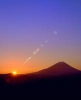 丸山林道より富士山と朝日に光芒 11076025126| 写真素材・ストックフォト・画像・イラスト素材|アマナイメージズ