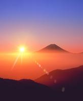 丸山林道より富士山と朝日に雲海 11076025130| 写真素材・ストックフォト・画像・イラスト素材|アマナイメージズ