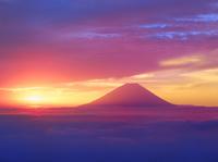 櫛形林道より富士山と雲海に朝日
