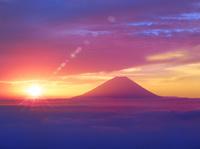 櫛形林道より富士山 雲海に朝日と光芒