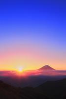 丸山林道より富士山と朝日に光芒