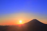 丸山林道より富士山と朝日 11076025171| 写真素材・ストックフォト・画像・イラスト素材|アマナイメージズ