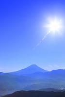 櫛形林道より富士山と太陽に光芒 11076025172| 写真素材・ストックフォト・画像・イラスト素材|アマナイメージズ