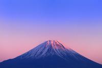 櫛形林道より富士山と夕焼け 11076025178| 写真素材・ストックフォト・画像・イラスト素材|アマナイメージズ