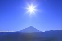 櫛形林道より富士山と太陽 11076025185| 写真素材・ストックフォト・画像・イラスト素材|アマナイメージズ