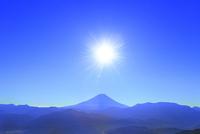 櫛形林道より富士山と太陽に光芒 11076025188| 写真素材・ストックフォト・画像・イラスト素材|アマナイメージズ