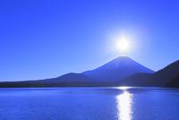 本栖湖より元旦の朝日と光芒に富士山 11076025192| 写真素材・ストックフォト・画像・イラスト素材|アマナイメージズ
