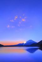 本栖湖より元旦の朝日と光芒に富士山 11076025195| 写真素材・ストックフォト・画像・イラスト素材|アマナイメージズ