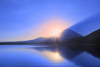 本栖湖より元旦の朝日と光芒に富士山