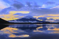田貫湖より朝焼けの富士山と傘雲