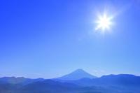 櫛形林道より富士山と太陽 11076025266| 写真素材・ストックフォト・画像・イラスト素材|アマナイメージズ