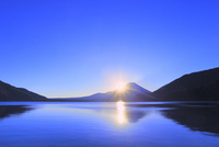 本栖湖より元旦の朝日と富士山