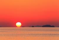 観音寺柞田海岸より瀬戸内海ダルマ夕日 11076025552| 写真素材・ストックフォト・画像・イラスト素材|アマナイメージズ