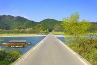 佐田沈下橋と四万十川に遊覧船