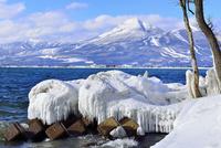 猪苗代湖としぶき氷に磐梯山