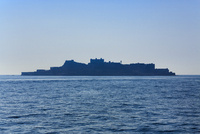 洋上に浮かぶ軍艦島のシルエット 11076026953| 写真素材・ストックフォト・画像・イラスト素材|アマナイメージズ