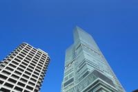 青空にタワーマンションとあべのハルカス 11076027018  写真素材・ストックフォト・画像・イラスト素材 アマナイメージズ