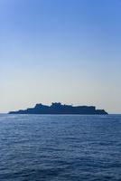 洋上に浮かぶ軍艦島のシルエット 11076027074| 写真素材・ストックフォト・画像・イラスト素材|アマナイメージズ