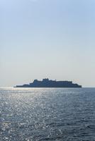 洋上に浮かぶ軍艦島のシルエット 11076027075| 写真素材・ストックフォト・画像・イラスト素材|アマナイメージズ
