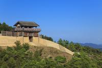 青空と鬼ノ城西門 11076027091| 写真素材・ストックフォト・画像・イラスト素材|アマナイメージズ