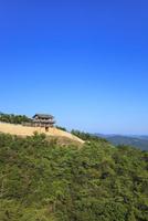 青空と鬼ノ城西門 11076027092| 写真素材・ストックフォト・画像・イラスト素材|アマナイメージズ