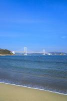 砂浜と大鳴門橋 11076027142| 写真素材・ストックフォト・画像・イラスト素材|アマナイメージズ