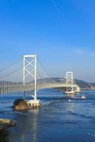鳴門海峡と大鳴門橋 11076027154| 写真素材・ストックフォト・画像・イラスト素材|アマナイメージズ