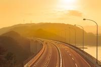 神戸淡路鳴門自動車道と夕日 11076027158| 写真素材・ストックフォト・画像・イラスト素材|アマナイメージズ