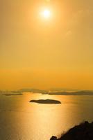 王子が岳から望む夕日に輝く瀬戸内海 11076027167| 写真素材・ストックフォト・画像・イラスト素材|アマナイメージズ