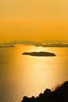 王子が岳から望む夕日に輝く瀬戸内海 11076027168| 写真素材・ストックフォト・画像・イラスト素材|アマナイメージズ