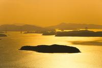 王子が岳から望む夕日に輝く瀬戸内海
