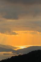 野呂山から望む光芒さす瀬戸内海