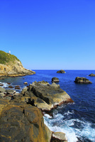 足摺岬灯台と岩に波