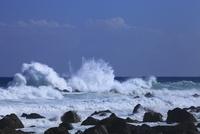 室戸岬の岩と波 11076027350| 写真素材・ストックフォト・画像・イラスト素材|アマナイメージズ
