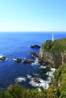 足摺岬の灯台の岩と波