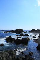 室戸岬の岩と波 11076027416| 写真素材・ストックフォト・画像・イラスト素材|アマナイメージズ