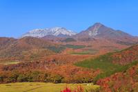 紅葉の鬼女台から望む烏ヶ山と大山