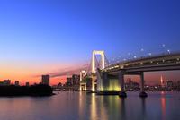レインボーブリッジのライトアップと東京タワーに夕焼け