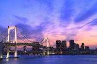 レインボーブリッジのライトアップに夕焼け 11076028385| 写真素材・ストックフォト・画像・イラスト素材|アマナイメージズ